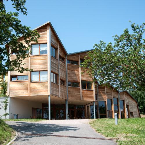 Bâtiment bois-béton, toiture plissée, bardage bois mélèze