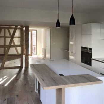 Intérieur d'une maison rénovée en bois, cuisine en bois, poutres bois apparentes