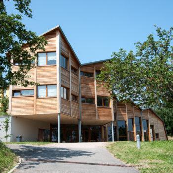 Bâtiment public en bois, bardage en bois vertical