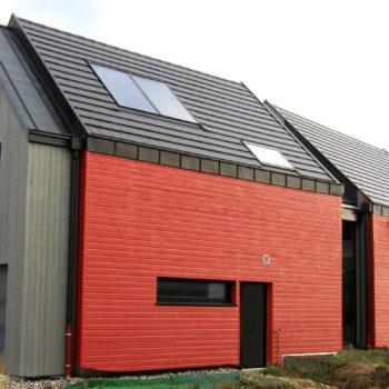 Maison ossature bois, bardage gris et rouge en bois