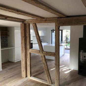 Rénovation en bois d'une maison individuelle, poutre apparentes bois, plancher bois