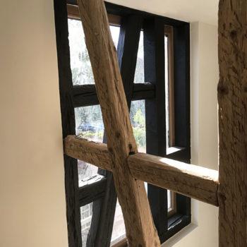 Rénovation en bois d'une maison individuelle, poutres en bois apparentes
