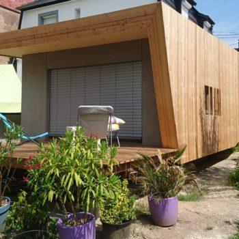 Extension design accolée au bâtiment principal en ossature bois, ainsi qu'une terrasse couverte dans son prolongement