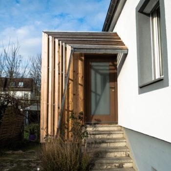 Extension en bois d'une maison individuelle et création d'une terrasse partiellement couverte en bois. Bardage bois.