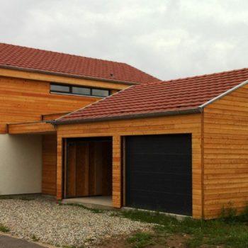 Maison individuelle ossature bois, double garage, revêtement bardage bois horizontal et crépis