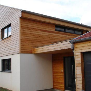 Maison ossature bois, façade crépis et bardage bois, double garage bois