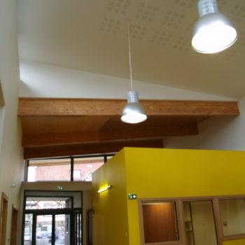 Intérieur d'une école réalisée en bois, poutres bois apparentes