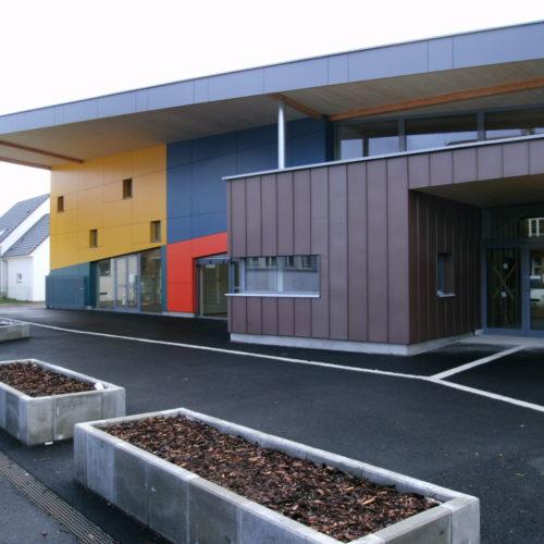Ecole publique en bois, revêtement coloré