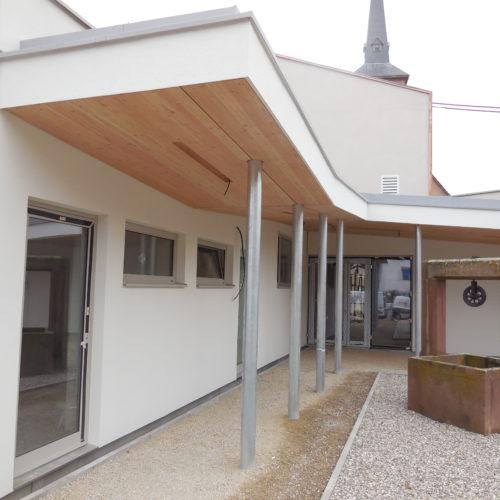 Ecole primaire ossature bois, pare-soleil en bois et revêtement crépi