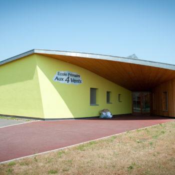 Ecole primaire en bois, revêtement crépi et bardage bois vertical