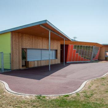 Ecole primaire ossature bois, revêtement bardage bois et crépi