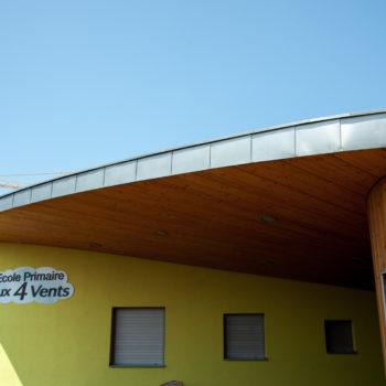 Ecole primaire en bois, revêtement crépi et bois