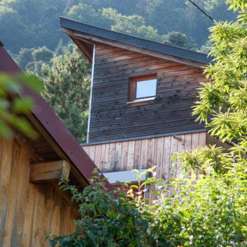 Maison en bois dans la montagne, bardage en bois