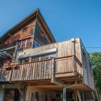 Maison en bois dans la montagne, bardage bois, terrasse en bois