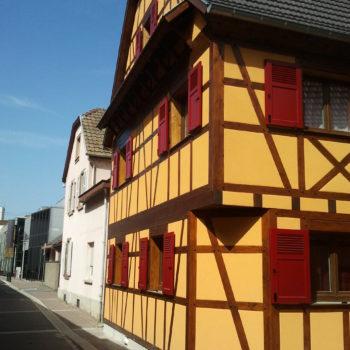 Maison individuelle à colombage, poutres en bois, charpente bois