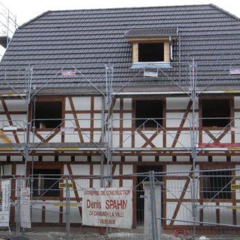 Levage d'une maison individuelle à colombage, ossature bois