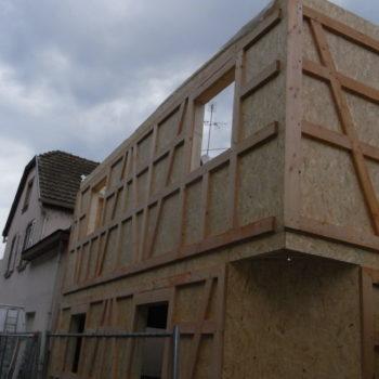 Levage d'une maison en bois à colombage, charpente bois