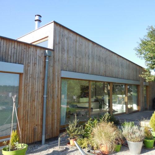 Maison individuelle plain-pied, ossature et charpente bois, bardage bois vertical