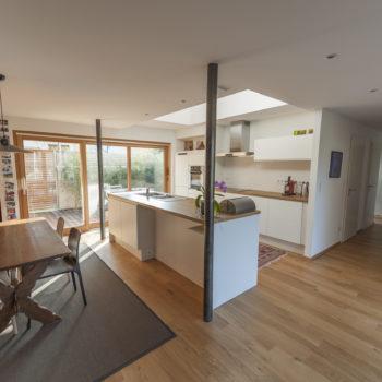 Aménagement intérieur maison ossature bois, cuisine ouverte en bois, parquet bois