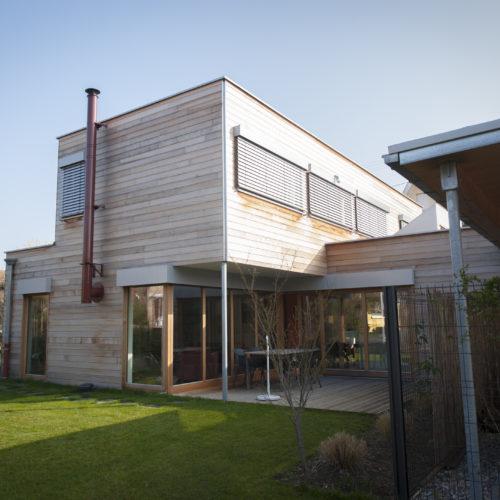 Maison individuelle neuve cubique, charpente bois, bardage bois