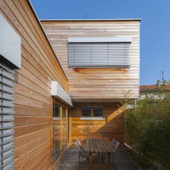 Maison individuelle cubique ossature bois, terrasse en bois, bardage bois horizontal