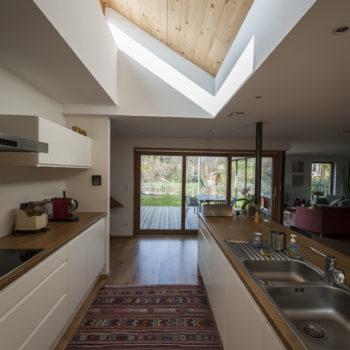 Aménagement intérieur d'une maison ossature bois, cuisine ouverte en bois