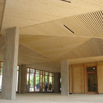 Plafond d'une école en bardage bois ajouré