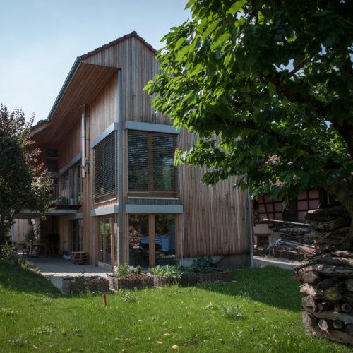 Maison en bois double niveau, charpente bois, bardage bois, performances énergétiques BBC