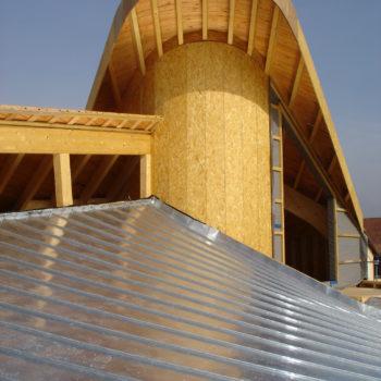 Maison individuelle ossature et charpente bois, toit arrondi, courbes, revêtement bardage bois
