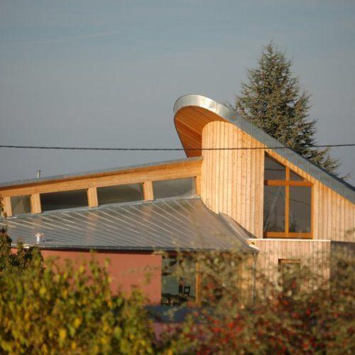 Maison individuelle charpente ossature bois et maçonnerie, bardage bois tonneau, toit courbé, arrondis
