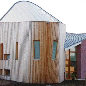 Maison individuelle ossature et charpente bois et maçonnerie, bardage bois tonneau, maison courbée et arrondie