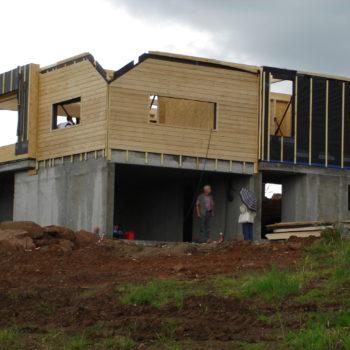 Levage d'une maison individuelle contemporaine charpente et ossature bois