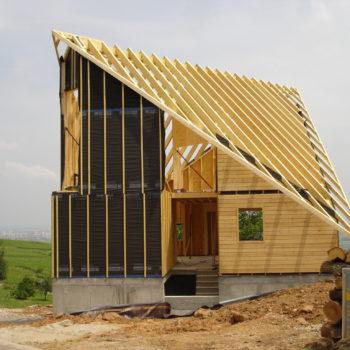 Levage d'une maison contemporaine, charpente et ossature bois, toit décalé