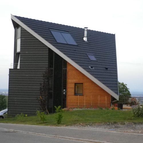 Maison individuelle contemporaine charpente et ossature bois, revêtement bardage bois naturel et noir