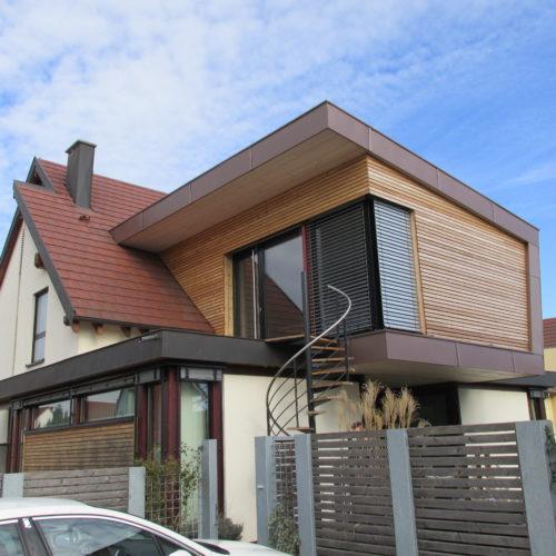 Extension contemporaine en bois d'un bureau professionnel, qui met en valeur l'ancienne maison existante. Bardage bois horizontal.