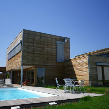 Maison individuelle cubique, structure charpente et ossature bois, bardage en bois