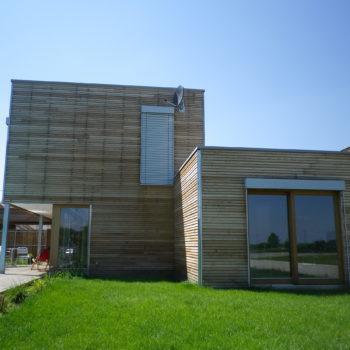 Maison individuelle cubique ossature et charpente bois, bardage bois