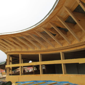 Toiture en bois courbée d'un bâtiment en bois