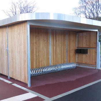 Garage à vélo en bois, bardage bois vertical