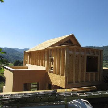 Levage maison charpente et ossature bois, poutres en bois, surplombant la montagne
