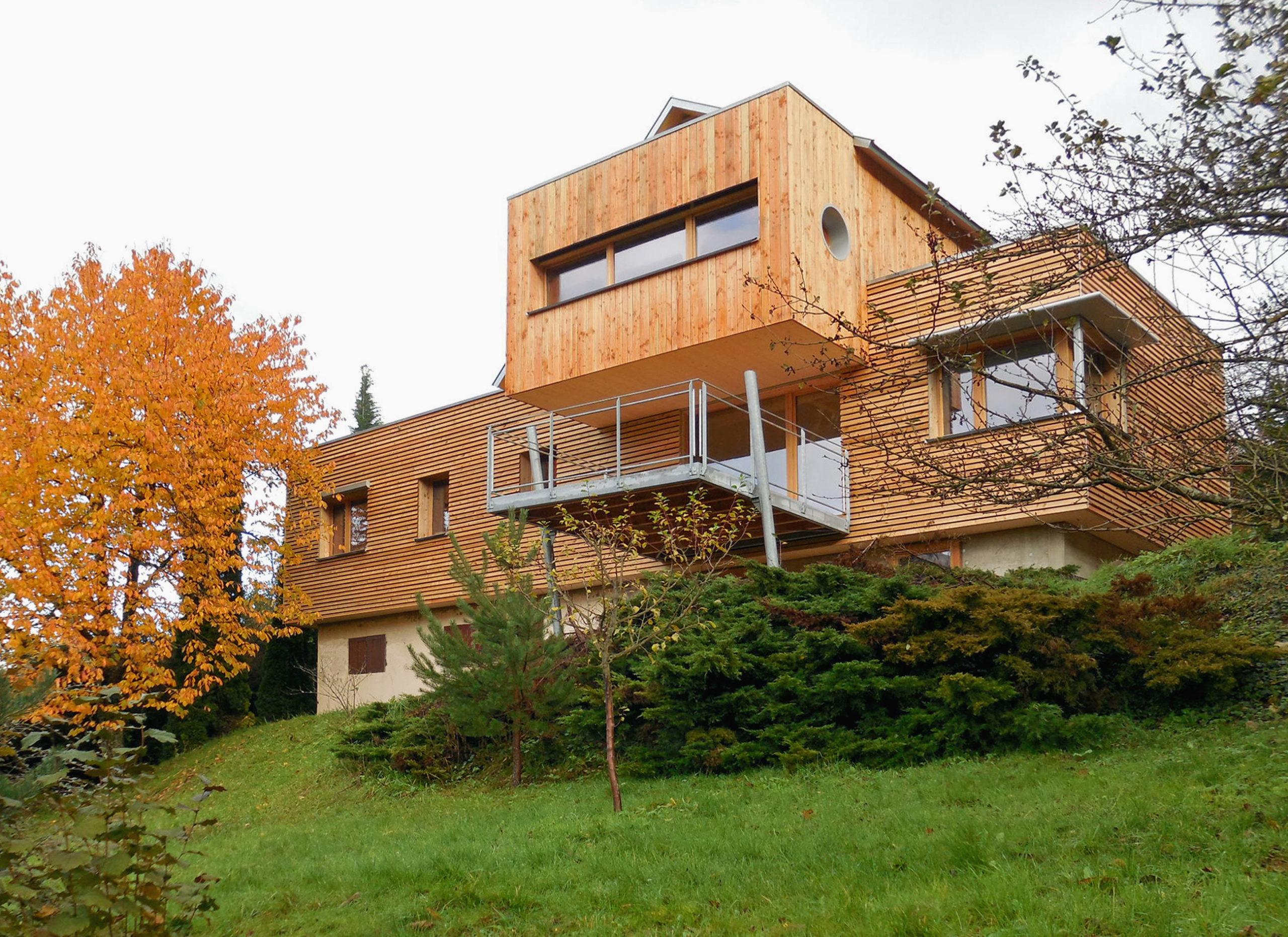 Maison contemporaine individuelle ossature et charpente bois, bardage bois vertical et horizontal, surplombant la montagne
