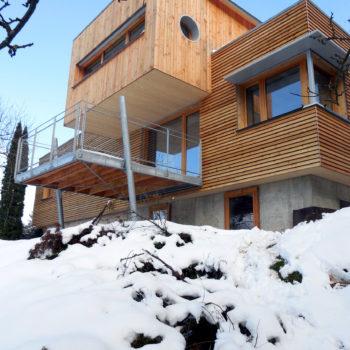Maison contemporaine individuelle, charpente et ossature bois, terrasse en bois, bardage en bois vertical et horizontal