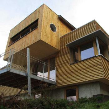 Maison contemporaine individuelle ossature et charpente bois, terrasse en bois, bardage bois vertical et horizontal