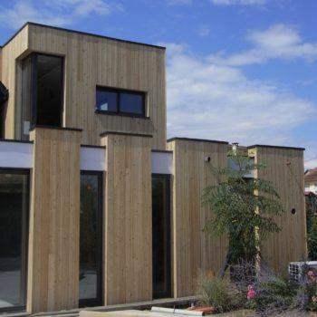 Très grande extensions d'une maison individuelle, habillage d'un bardage bois en mélèze.