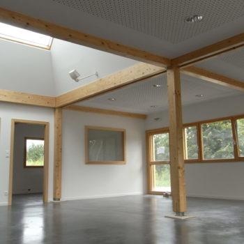 Aménagement intérieur bâtiment bois poutres apparentes