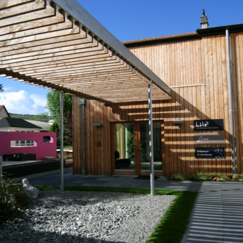 Extension d'un bâtiment en bois, création d'un pare soleil en bois