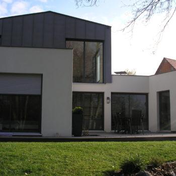Maison contemporaine individuelle, toiture cintrée, couverture en zinc, ossature bois