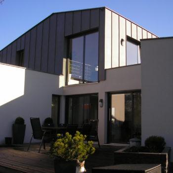 Maison individuelle et contemporaine, ossature et charpente bois, habillage crépis et zinc