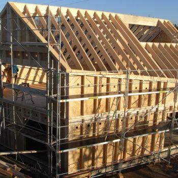 Levage d'une maison ossature et charpente bois, poutres en bois, matériaux naturels et recyclés. Bardage bois mélèze, maison basse consommation