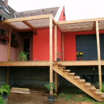 Terrasse en bois surélevée accolée à une maison individuelle